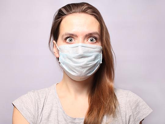 Mulher usando máscara de proteção contra o Coronavírus